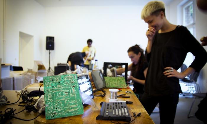 Workshop: 36 15 Circuit Bending [Minitel Hacking], Photo: Maria Silvano, www.mariasilvano.com